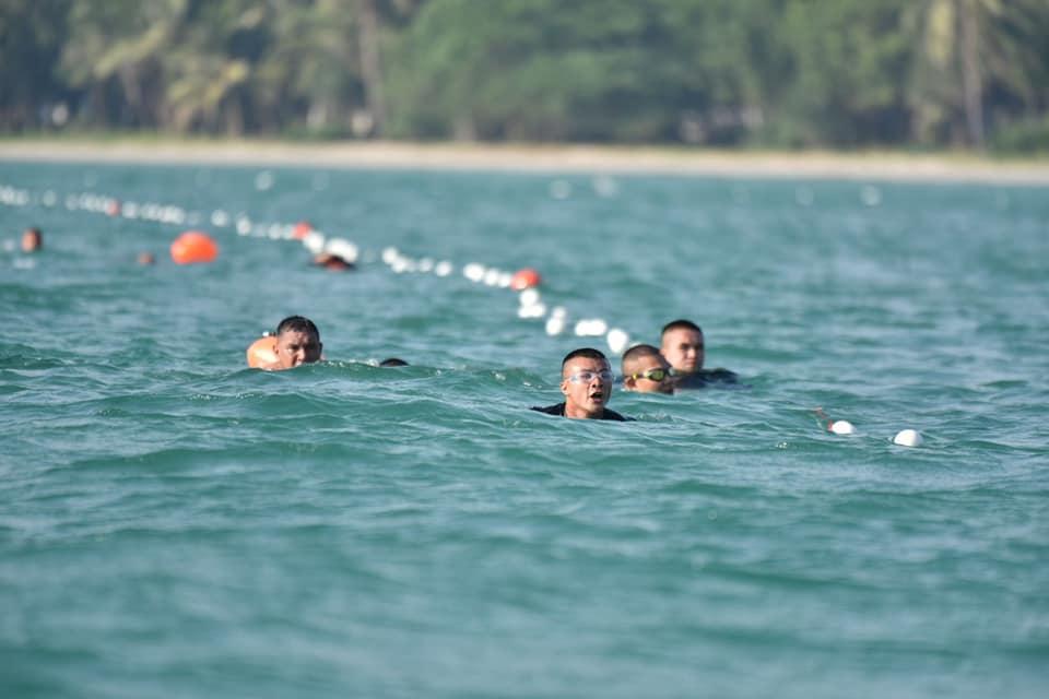 ว่ายน้ำกลางทะเล